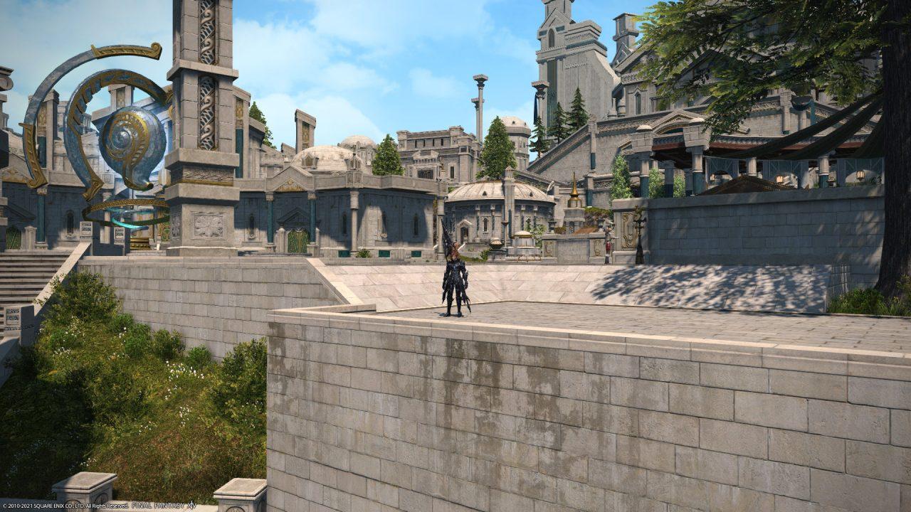 A Dark Knight looking over a ledge in Old Sharlayan in Final Fantasy XIV Endwalker